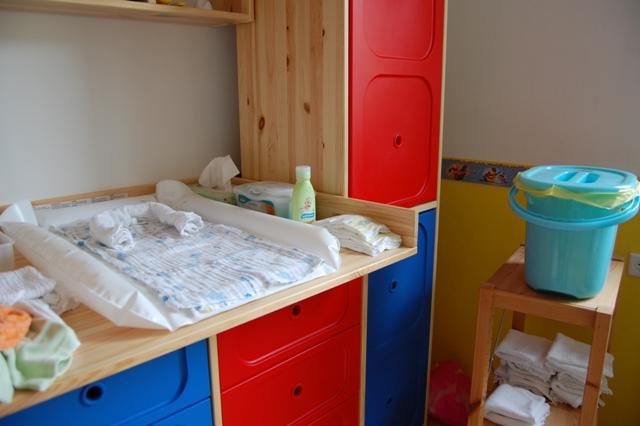 wickeltisch mit windeleimer. Black Bedroom Furniture Sets. Home Design Ideas