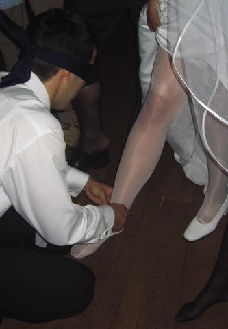 Hochzeitsspiel - Braut an den Füßen erkennen