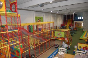 Kletterturm und Kartbahn Family Fun 300x199 Erfahrungsbericht: Indoorspielplatz Family Fun in Wien