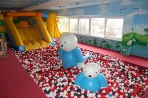 Rutsche mit Bällebad im Indoorspielplatz