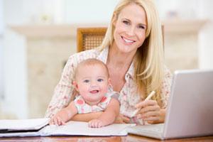 Mutter mit Kind bei der online Jobsuche