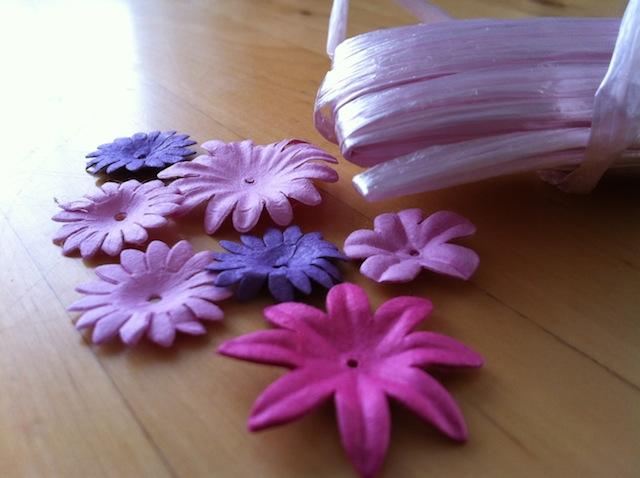 Einfache Vasen Mit Bast Und Kunstblumen Aufpeppen