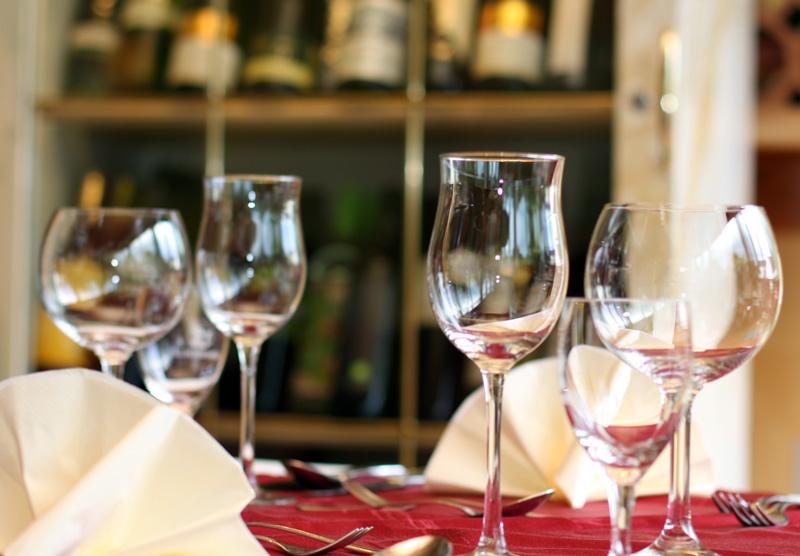 Weingläser auf einem fein gedeckten Tisch