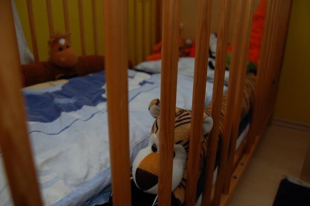 Zuglufttiere um das Gitterbett auszupolstern