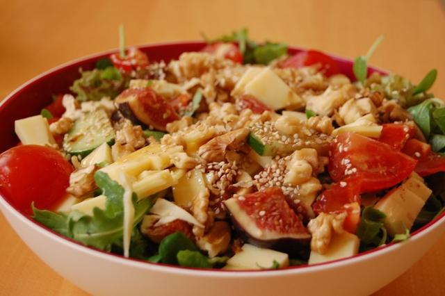 Salat mit Feigen und Käse sowie fruchtigem Dressing