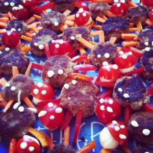 Halloween: Faschierte Laibchen-Spinnen und Fliegenpilze aus Tomaten und Mozzarella