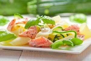 Fettuccine pasta mit Lachs und Zucchini im Spa Hotel Bründl