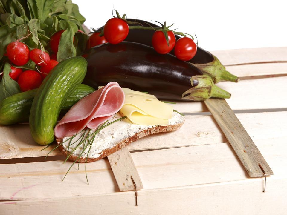 Belegtes Brot mit Käse und Schinken und Gemüse