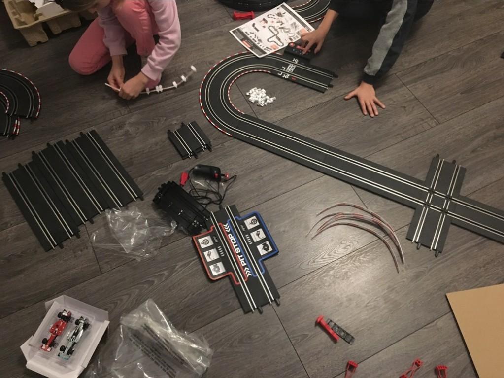 Zusammenbauen der Carrera Rennbahn GO!!! Plus