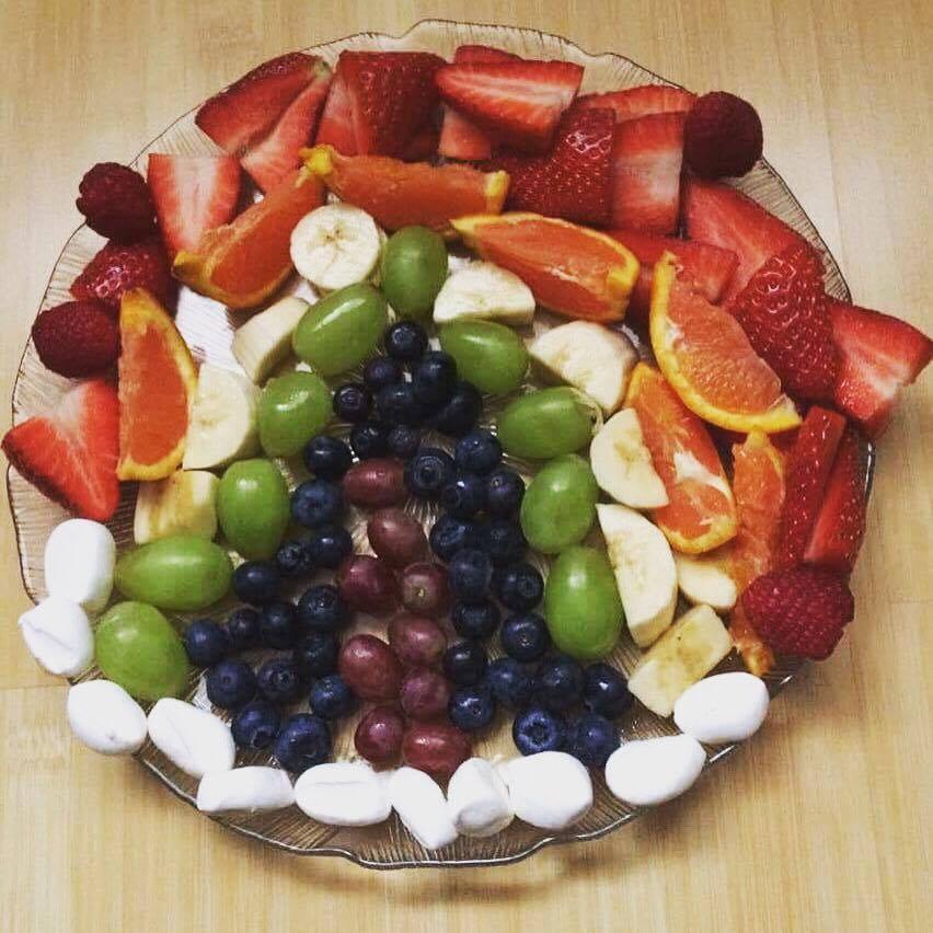 Regenbogen aus Früchten - Obst für ein Buffet