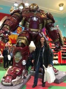 Sabine im Hamleys in Prag mit Hulkbuster