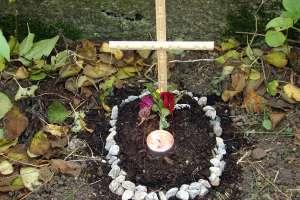 Ein wichtiger Schritt der Trauerbewältigung. Das Errichten einer Grabstätte erschafft einen Ort, um das geliebte Tier trotz Verlust zu besuchen. fotolia.com; Berty