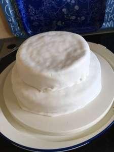 2-stöckige Torte mit Fondant einkleiden