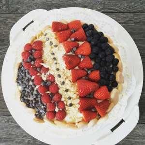 Torte mit Himbeeren, Erdbeeren und Schokolade als Dekoration
