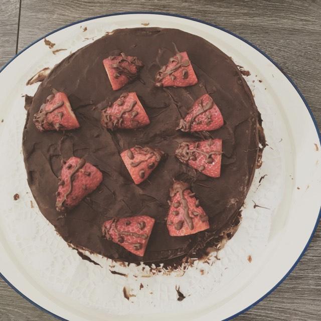 Torte mit Erdbeeren als Marienkäfer