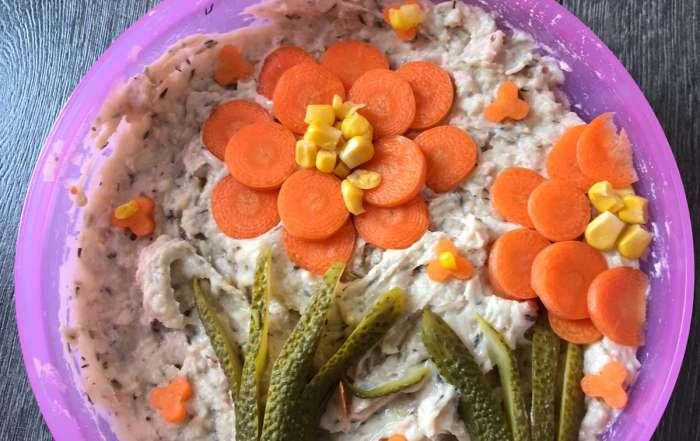 Dekoration Blume aus Gurkerl, Karotten und Mais