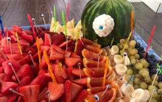 Obst dekoriert als Monster
