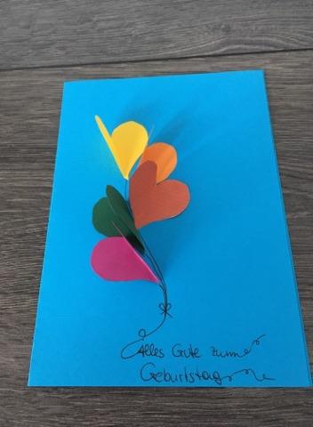 Geburtstagskarte basteln – Luftballons aus Tonpapier