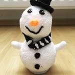 Kinder basteln: Schneemann mit Wolkenschleim gebastelt